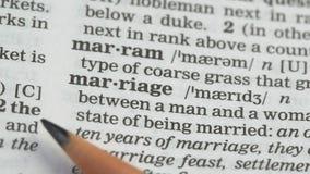 Het huwelijk, woord richtte in woordenboek, overeenkomst tussen paar, liefde en familie stock video