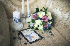 Het huwelijks witte bruid van het trouwringenboeket royalty-vrije stock foto's