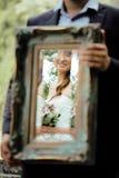 Het huwelijksbeeld, elegante bruid werpt antieke spiegel Royalty-vrije Stock Afbeelding