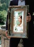 Het huwelijksbeeld, elegante bruid werpt antieke spiegel Stock Afbeelding