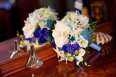 Het huwelijksboeket en parfumeert de spiegel royalty-vrije stock foto