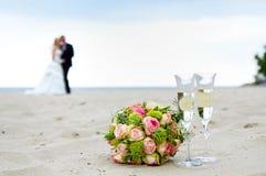 het huwelijksboeket met op het strand royalty-vrije stock afbeeldingen