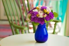 Het huwelijksboeket met room nam en violette anjer toe Stock Fotografie