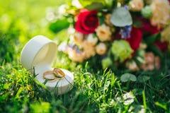 Het huwelijksboeket van de bruid ligt op het gras Stock Fotografie