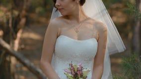 Het huwelijksboeket van de bruidgreep stock videobeelden