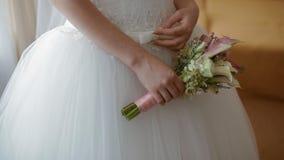 Het huwelijksboeket van de bruidgreep stock footage