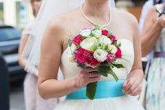 Het huwelijksboeket van de bruidholding Royalty-vrije Stock Afbeelding