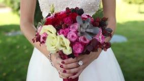 Het huwelijksboeket van de bruidholding stock footage