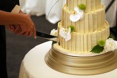 Het huwelijkscake van de bruid en van bruidegoms stock afbeeldingen