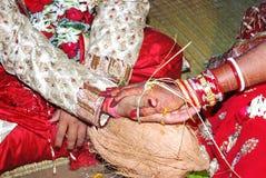 Het huwelijkshanden van het huwelijkshuwelijk thuis royalty-vrije stock afbeeldingen