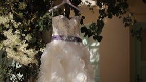 Het huwelijkskleding van de bruid stock video