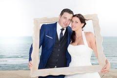 het huwelijkspaar heeft pret op de overzeese kust royalty-vrije stock afbeeldingen