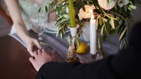 Het huwelijkspaar houdt handen stock video