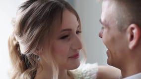 Het huwelijkspaar koestert binnen elkaar stock video
