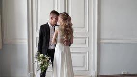 Het huwelijkspaar koestert binnen elkaar stock footage