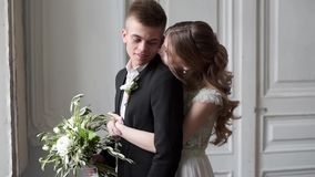 Het huwelijkspaar koestert binnen elkaar stock videobeelden