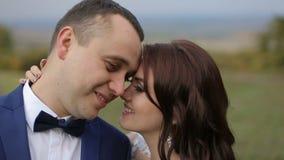 Het huwelijkspaar omhelst stock video