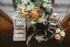 Het huwelijkstoebehoren van de bruid, ringsdoos, schoenen, stock foto