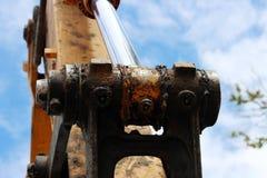 Het hydraulische zuigersysteem voor bulldozers, tractoren, graafwerktuigen, chroom plateerde cilinderschacht van gele machine stock foto