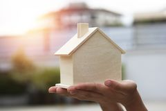 Het hypotheekconcept, overhandigt heden en toont houten huis en klaar te dienen, concept zoals kopend, sparend, verkopend, financ stock afbeeldingen
