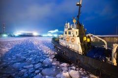 Het Icebreaker schip in ijs wordt opgesloten dat probeert te breken en weg te gaan stock afbeelding