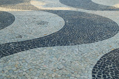 Het iconische patroon van de stoeptegel bij Copacabana-Strand in Rio de Janeiro, Brazilië royalty-vrije stock afbeeldingen