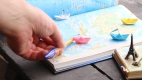 Het idee van cruiseovereenkomsten Document boten op de kaart en de Toren van Eiffel stock video