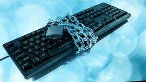 Het idee van de Cyberbedreiging, kettingshangslot en computertoetsenbord stock footage