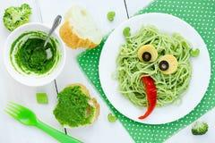 Het idee van de voedselkunst voor jonge geitjes groen monster van spaghetti, olijven en Stock Afbeeldingen