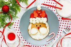 Het idee van het Kerstmisontbijt voor de pannekoeken van jonge geitjessanta met strawberri royalty-vrije stock fotografie