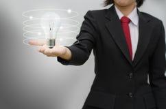 Het ideelamp van de bedrijfsvrouwenholding Royalty-vrije Stock Foto