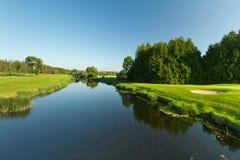 Het idyllische landschap van de golfcursus Stock Afbeelding