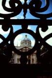 Het Ierse parlement achter staven Royalty-vrije Stock Afbeeldingen