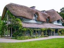 Het Ierse traditionele plattelandshuisjehuis met dak met stro bedekt, Ierland stock foto's