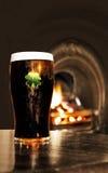 Het Ierse zwarte bier van heilige Patrick in een bar Stock Foto's