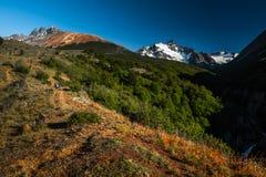 Het ijs caped Chileense bergen stock foto's