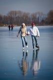 Het ijs dat van het paar op een vijver schaatst Royalty-vrije Stock Afbeeldingen