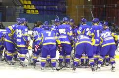 Het ijs-hockey van de Oekraïne spelerscheer elkaar omhoog Stock Afbeeldingen