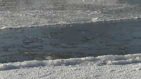 Het ijs op de rivier stock video