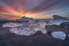 Het ijs op het strand dichtbij de Jokulsarlon-gletsjerlagune, riep ook Diamantstrand stock foto