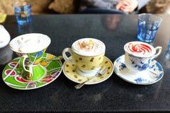 Het ijs van Coffemocha met room, jam en chocoladeschilfer wordt gemengd die royalty-vrije stock fotografie
