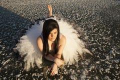 Het ijs van de vrouwenformele kleding legt blootvoets Stock Fotografie