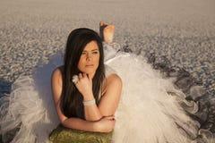 Het ijs van de vrouwenformele kleding legt blootvoets bank Stock Foto's