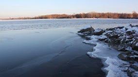 Het ijs wordt gevormd op de rivier in de herfst, Ob-Rivier, Rusland stock footage