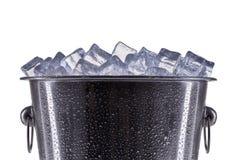 Het ijsemmer van de metaalchampagne met dalingen op een witte achtergrond worden geïsoleerd die stock afbeeldingen