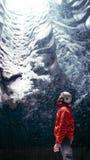 Het Ijshol 'Crystal Cave 'in Vatnajökull-gletsjer dichtbij Hof in IJsland stock afbeeldingen