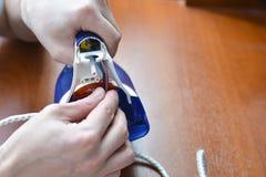 Het ijzer van de handenreparatie Concept: de reparatie van het huistoestel, de reparatiediensten stock foto's