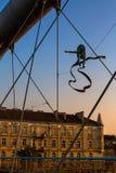 Het ijzerbeeldhouwwerken van de kunstinstallatie tussen het Water en de Hemel op voetbrug Stock Foto's