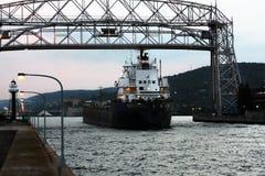 Het ijzererts van het schipvrachtschip gaat Duluth-haven in stock fotografie