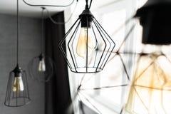 Het ijzerlampekap van de zolderstijl met een gloeilamp in de binnenlandse woonkamer in moderne flat Uitstekende stijl gloeilampen stock foto